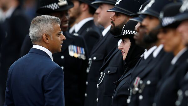London Mayor, Sadiq Khan talks with new recruit, Mimi Adil at a passing-out parade at the new Peel Centre at the Metropolitan Police Academy in London, Britain September 9, 2016. - Sputnik International