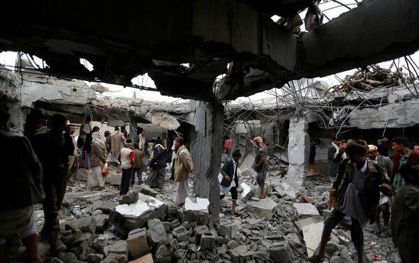 People gather at a building destroyed by Saudi-led air strikes in the northwestern city of Amran, Yemen September 8, 2016 - Sputnik International