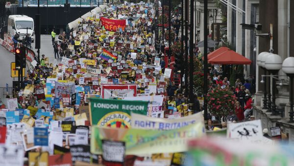 Demonstrators take part in a march calling for the British parliament to welcome refugees in the UK in central London - Sputnik International