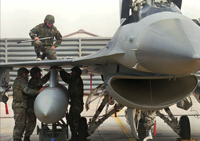 U.S. air force engineers attach a fuel tank to the F-16 jet fighter (file)