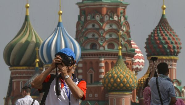 A tourist takes pictures on Red Square, Moscow. - Sputnik International