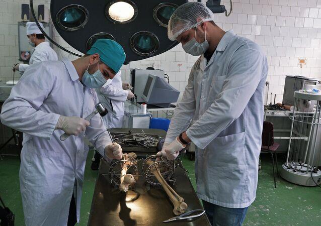 Students practice with Ilizarov apparatus at Yuzhno-Uralskiy State Medical University