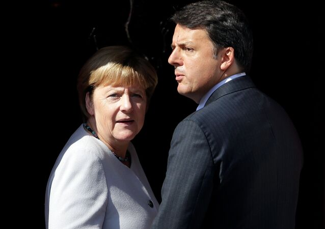 Italian Prime Minister Matteo Renzi (R) and German Chancellor Angela Merkel (File)
