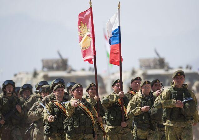 Военнослужащие российской армии во время международных антитеррористических учений государств-членов ШОС Мирная миссия — 2016 в Киргизии