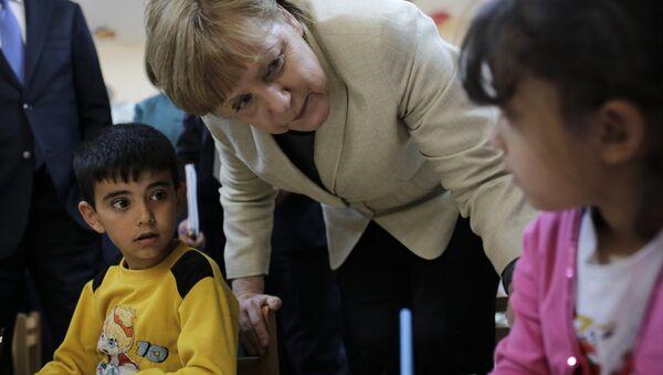 German Chancellor Angela Merkel talks with refugee children at a preschool, during a visit to a refugee camp on April 23, 2016 on the Turkish-Syrian border in Gaziantep - Sputnik International
