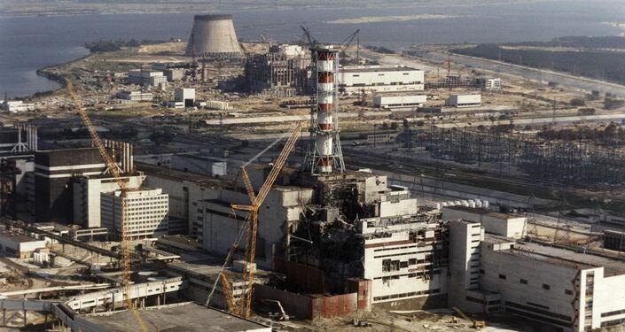 Вид сверху на разрушенную в результате взрыва Чернобыльскую АЭС