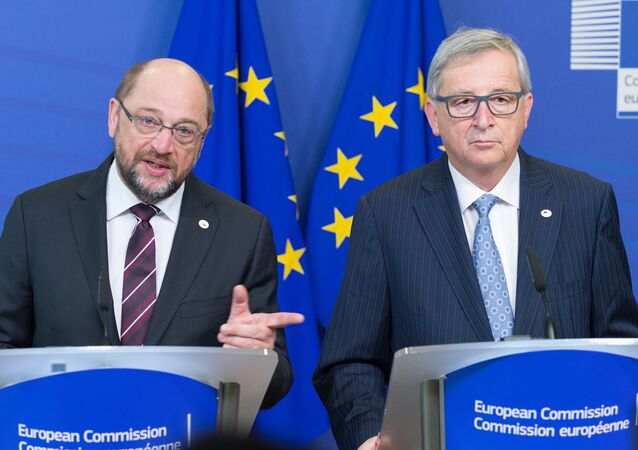 EU Commission Chief Jean-Claude Juncker (R) and European Parliament President Martin Schulz (L)