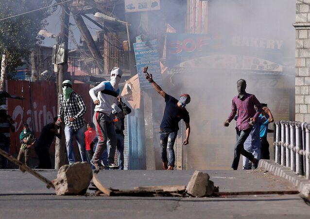 Demonstrators hurl stones towards Indian policemen during a protest in Srinagar, against the recent killings in Kashmir region, September 25, 2016