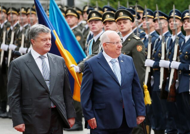 Ukrainian President Petro Poroshenko (L) and his Israeli counterpart Reuven Rivlin walk past honour guards during a welcoming ceremony in Kiev, Ukraine, September 27, 2016
