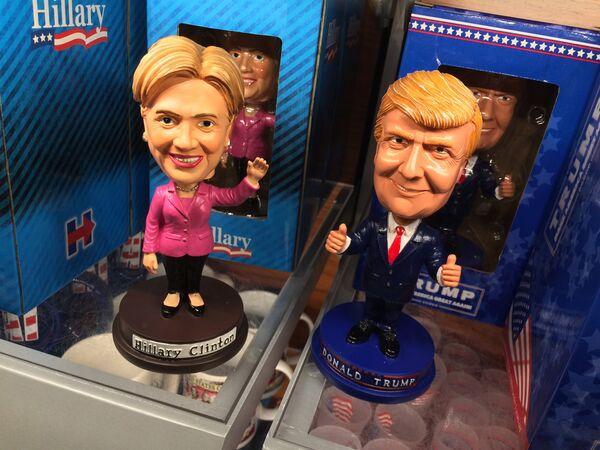 Bobblehead dolls depicting Democratic presidential nominee Hillary Clinton and her Republican counterpart Donald Trump are seen Septmber 29, 2016 at Ronald Reagan National Airport in Arlington, Virginia - Sputnik International