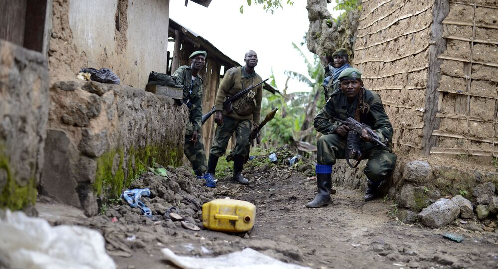Congolese army soldiers take cover during an assault on rebel-held Jomba, as they advance toward Bunagana, eastern Congo (File)