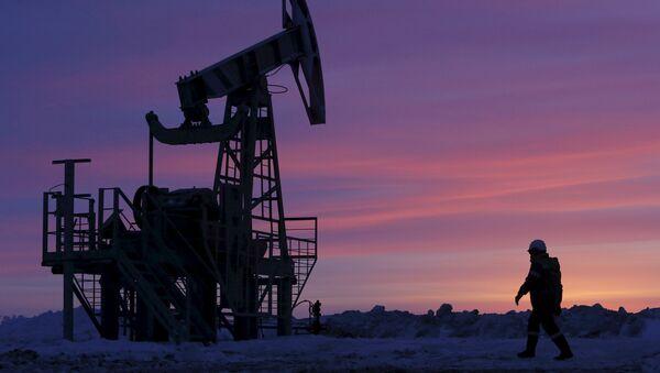 A worker at an oil field owned by Bashneft, Bashkortostan, Russia - Sputnik International