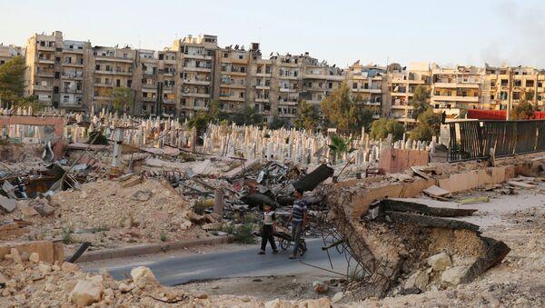 People walk near an over-crowded graveyard in the rebel held al-Shaar neighbourhood of Aleppo, Syria October 6, 2016 - Sputnik International
