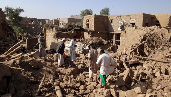 Yemenis search for victims under the rubble of houses the day after they were hit in a Saudi-led coalition air strike on Yemen's rebel-held northwestern Saada province, on September 1, 2016 - Sputnik International