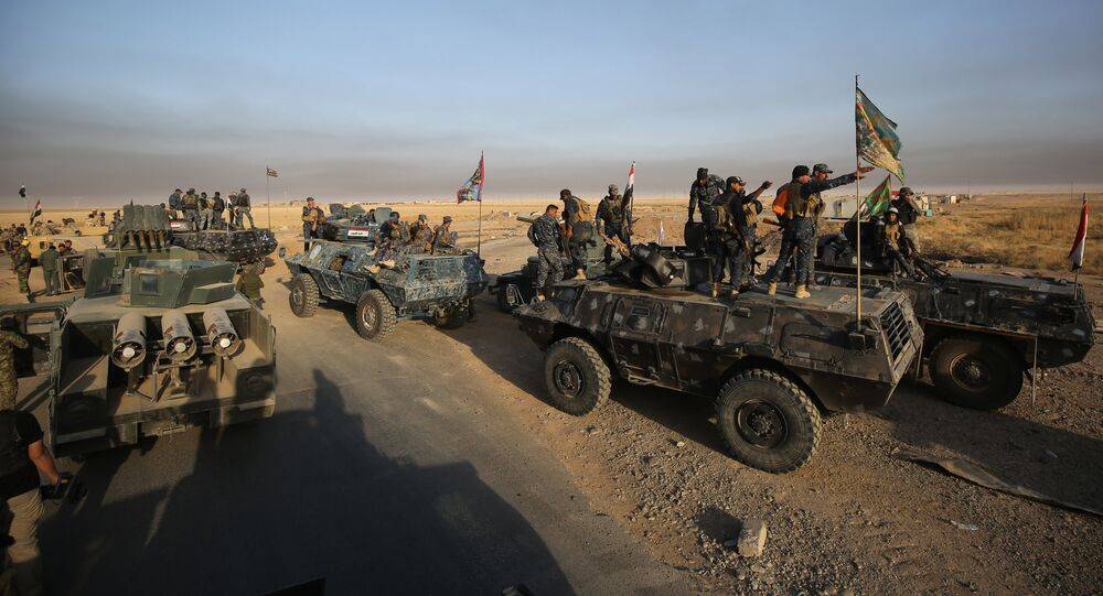 Iraqi forces deploy in the area of al-Shourah, some 45 kms south of Mosul, as they advance towards the city to retake it from the Islamic State (IS) group jihadists, on October 17, 2016. Iraqi Prime Minister Haider al-Abadi announced earlier in the day that the long-awaited operation to recapture Mosul was under way