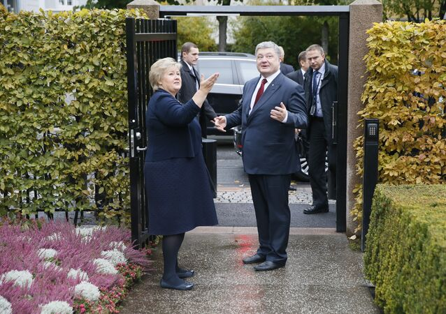 Norway's Prime Minister Erna Solberg welcomes Ukrainian President Petro Poroshenko during his visit to Oslo, Norway on October 18, 2016.