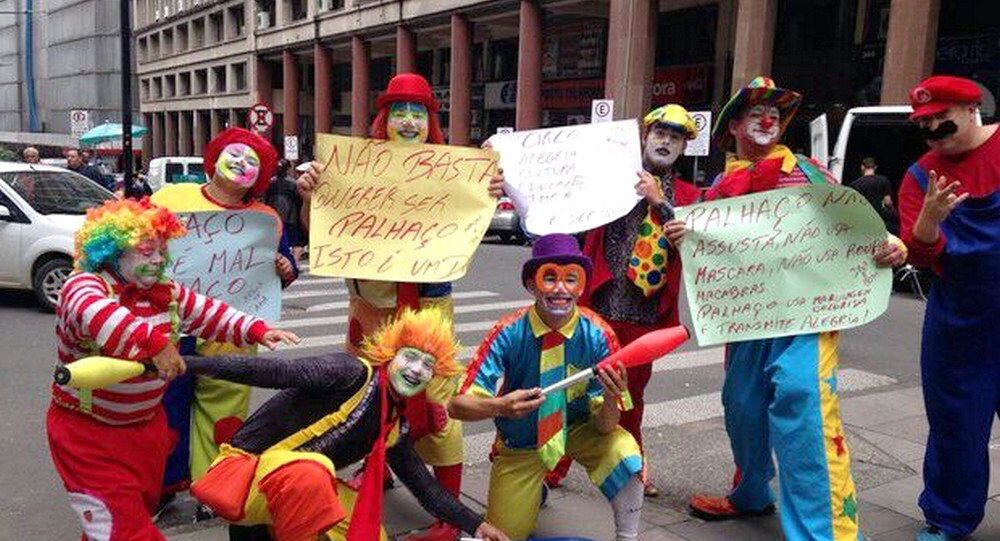 Palhaços do Rio Grande do Sul protestam em Porto Alegre contra onda de palhaços mascarados no Brasil
