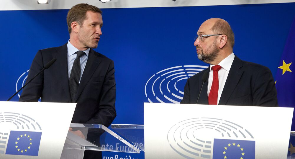 Wallonia's socialist government head Paul Magnette (L) and European Parliament President Martin Schulz hold a joint press conference after their meeting regarding CETA (EU-Canada Comprehensive Economic and Trade Agreement) at the European Parliament in Brussels on October 22, 2016