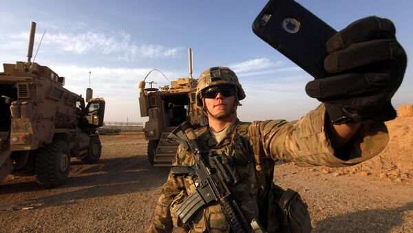 An American soldier takes a selfie at the U.S. army base in Qayyara, south of Mosul October 25, 2016 - Sputnik International