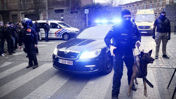 Policemen block a road, near the scene of a police raid in the Molenbeek-Saint-Jean district in Brussels, on March 18, 2016, as part of the investigation into the Paris November attacks. - Sputnik International