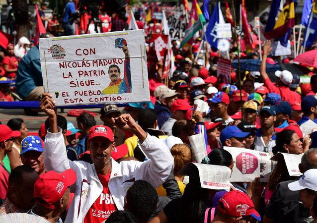 Supporters of Venezuelan president Nicolas Maduro demonstrate in the streets of Caracas on October 25, 2016