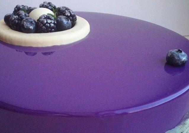 Russian Confectioner Makes Mezmerizing Mirror Cakes