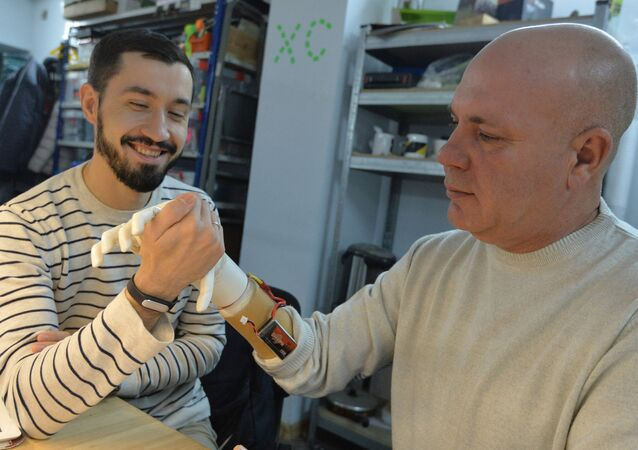 Belarussian programmist Oleg Galtsev made an electromechanical arm prosthetis for his father Sergei Galtsev