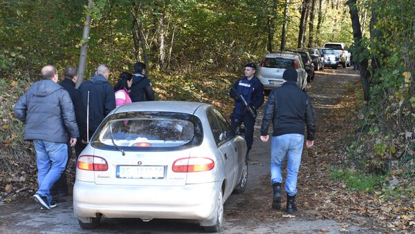 Police officers and forensic scientists examine the area of Jajincii where the weapons were discovered - Sputnik International