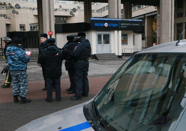 Police officers near the Sputnik HQ on Zubovsky bulvar