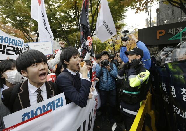 South Korean high school students are blocked by police officers as they march toward the presidential house after a rally calling for South Korean President Park Geun-hye to step down in downtown Seoul, South Korea, Saturday, Nov. 5, 2016.
