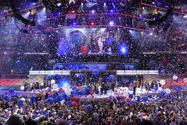 Balloons come down on Democratic presidential nominee Hillary Clinton and running mate Tim Kaine at the end of the fourth and final night of the Democratic National Convention at Wells Fargo Center on July 28, 2016 in Philadelphia, Pennsylvania - Sputnik International