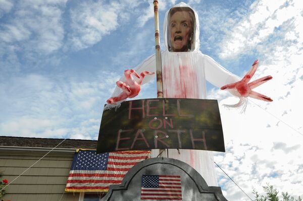 A home displaying signs supporting U.S. Republican Presidential candidate Donald Trump and criticizing U.S. Democratic Presidential candidate Hillary Clinton is seen in Bellmore, NY, October 29, 2016 - Sputnik International