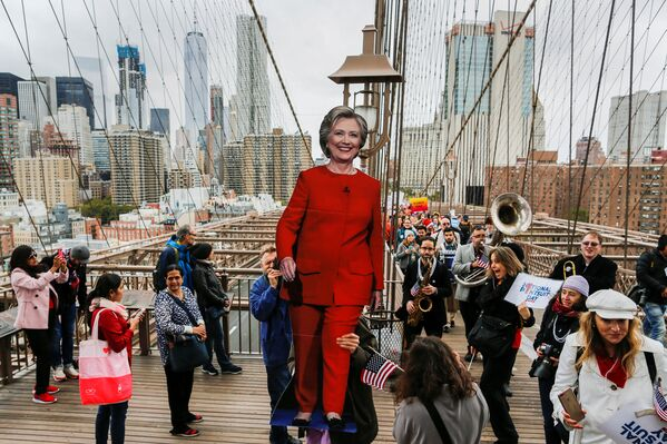 Supporters of U.S. Democratic presidential nominee Hillary Clinton take part in a march through the Brooklyn bridge in New York, U.S. October 22, 2016 - Sputnik International