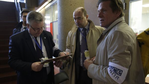 Observers from the Organization for Security and Co-operation in Europe (OSCE) monitor a polling place in Washington, DC during the US presidential election on November 8, 2016 - Sputnik International