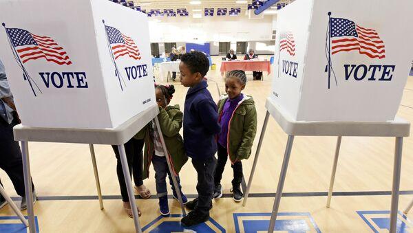 Children watch their mother vote during the U.S. general election in Greenville, North Carolina, US on November 8, 2016. - Sputnik International
