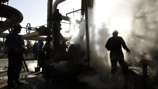 Worker repairs a part of a unit of the Tehran oil refinery, in Tehran, Iran. (File) - Sputnik International