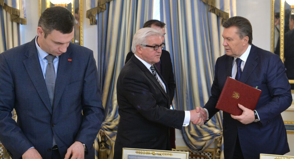 German Foreign Affairs minister Frank-Walter Steinmeier (C) and Ukrainian President Viktor Yanukovych (R) shake hands as head of Udar (Punch) party Vitali Klitschko attends after they signed the deal in Kiev on February 21, 2014