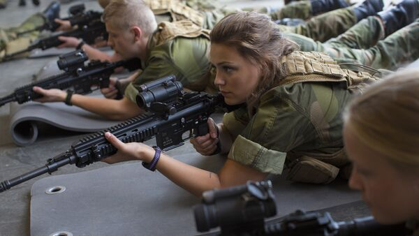 Female army recruits attend a base training at the armored battalion in Setermoen, northern Norway on August 11, 2016 - Sputnik International