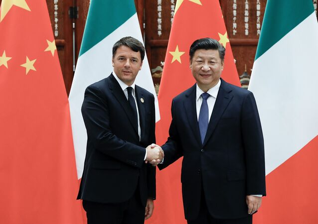 Chinese President Xi Jinping (R) shakes hands with Italian Prime Minister Matteo Renzi (L) (File)