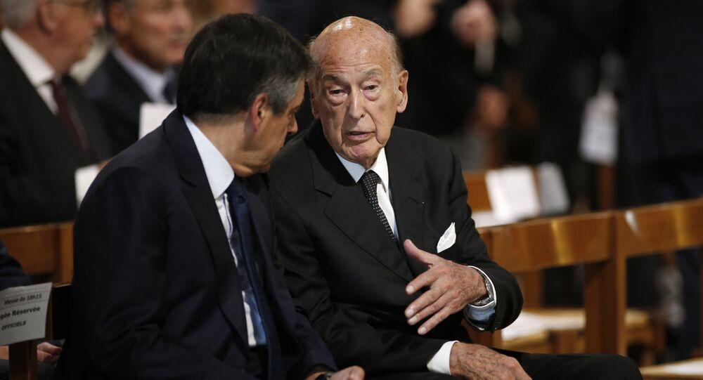 Former French President Valery Giscard d'Estaing (R)