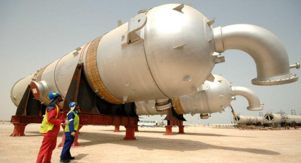 Lifting material at Pearl GTL, Qatar