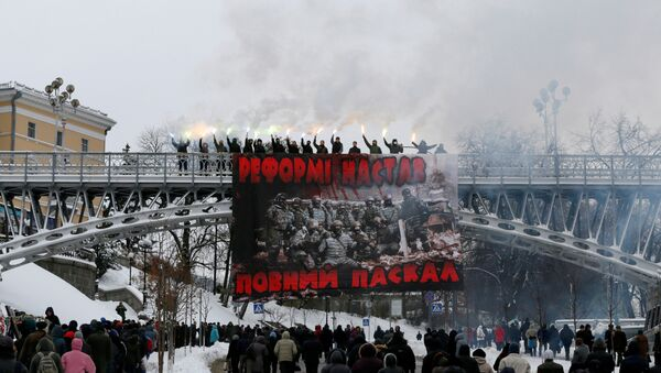Activists burn flares during a protest against the extension of police authority and power in central Kiev, Ukraine, November 14, 2016 - Sputnik International