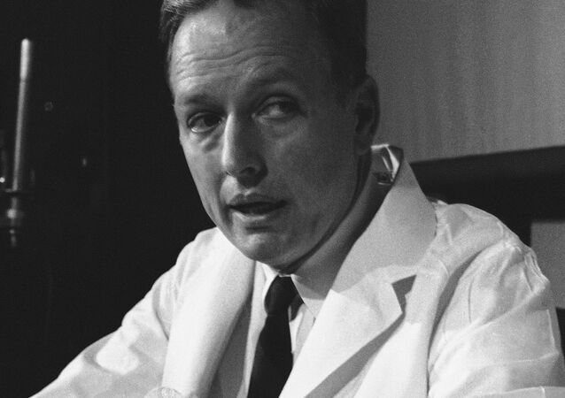 Dr. Denton Cooley, holds a mechanical heart as he tells newsmen on April 7, 1969 in Houston, about the implantation heart into the chest of Haskell Karp, 47, last Friday and today replaced it with a human heart.