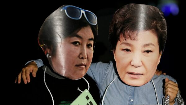 Protesters wearing cut-outs of South Korean President Park Geun-hye (R) and Choi Soon-sil attend a protest denouncing Park over a recent influence-peddling scandal in central Seoul, South Korea, October 27, 2016. - Sputnik International