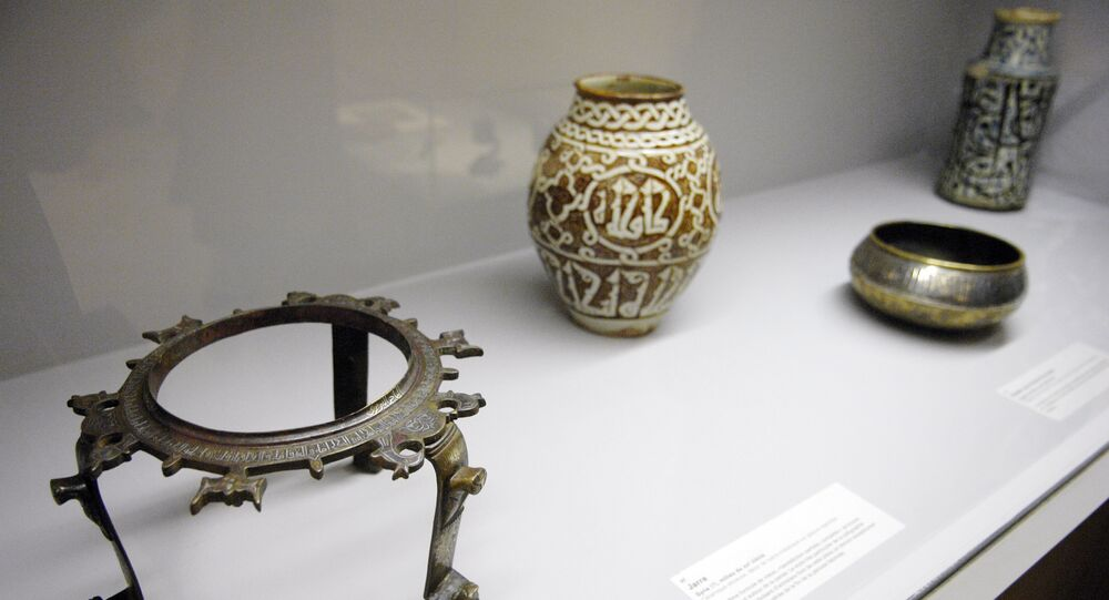 A tripod (L) (Iran, end of the 12th century-begining of the 13th) (file)