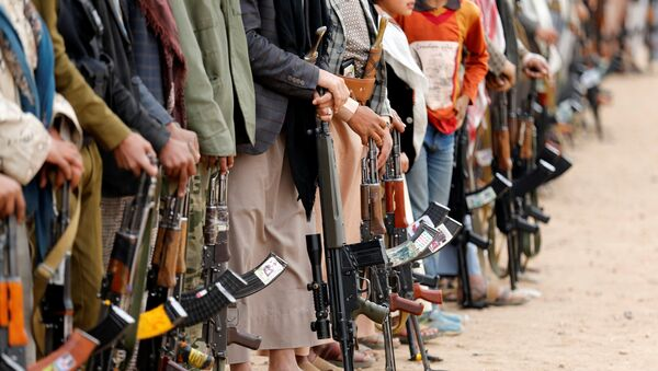 Tribesmen hold their weapons as they attend a tribal gathering to show support to the Houthi movement in Sanaa, Yemen November 10, 2016. - Sputnik International