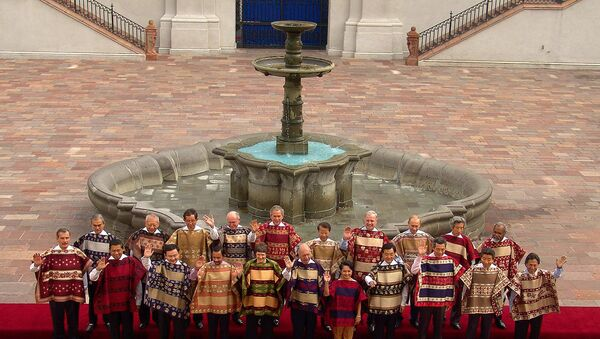 Asian-Pacific Economic Cooperation members leaders of 21 nations pose with traditional chilean ponchos for the official photograph at the Oranges Patio in La Moneda palace, in Santiago. (File) - Sputnik International