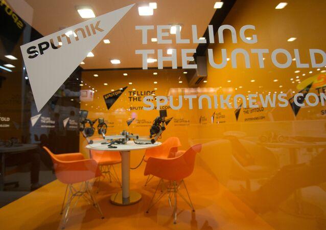 Стенд Международного информационного агентства Sputnik (Спутник) в ЭкспоФоруме перед открытием XX Санкт-Петербургского международного экономического форума