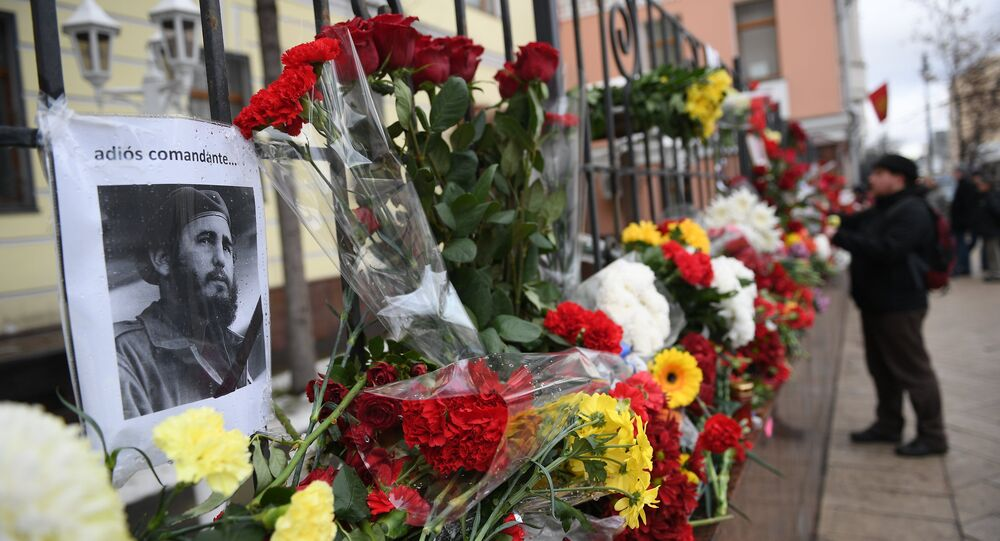 Moscow residents bring flowers to Cuban Embassy in memory of Fidel Castro