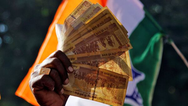 A man displays 500 Indian rupee notes during a rally organised by India's main opposition Congress party against the government's decision to withdraw 500 and 1000 Indian rupee banknotes from circulation, in Ajmer, India, November 24, 2016. - Sputnik International